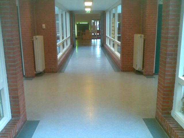 Gangen in schoolgebouw