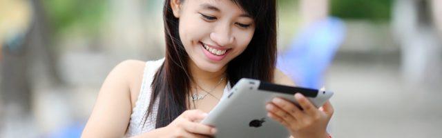 Meisje speelt game op iPad