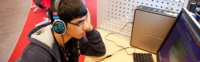 leerling maakt een luistertoets achter de pc