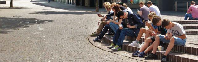 leerlingen met hun smartphone