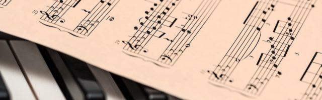 piano met muziekschrift