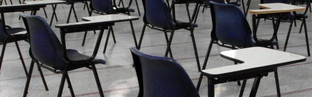 tafels en stoelen in examenzaal