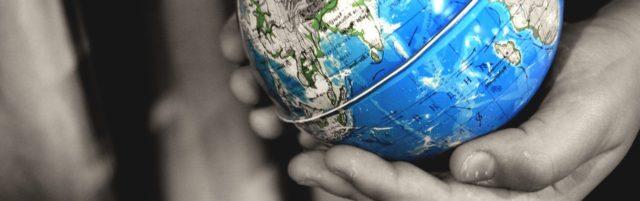 wereldorientatie wereldbol in handen