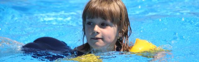 zwemles meisje met gele zwembandjes